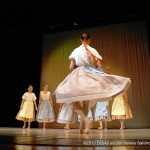 Děti zpívají a tančí